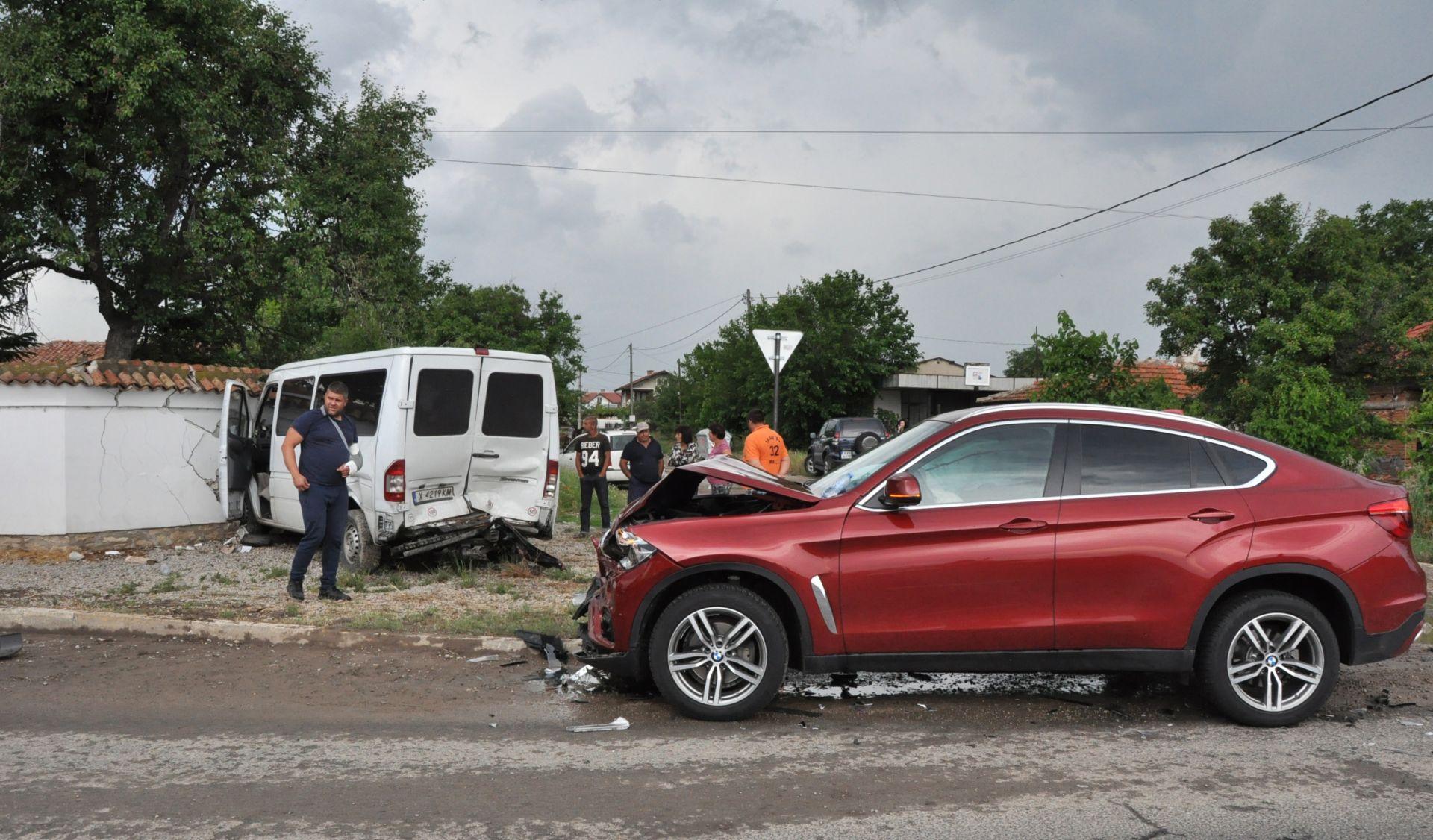 Пострадали са две деца, возещи се в буса