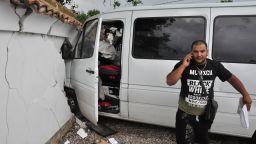 Бус се заби в ограда на къща при катастрофа с джип (снимки)