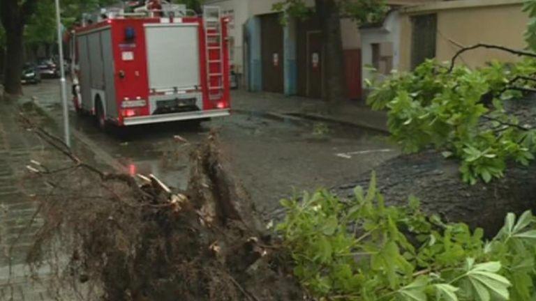Буря с гръмотевици удари Пловдив, възможни са и градушки