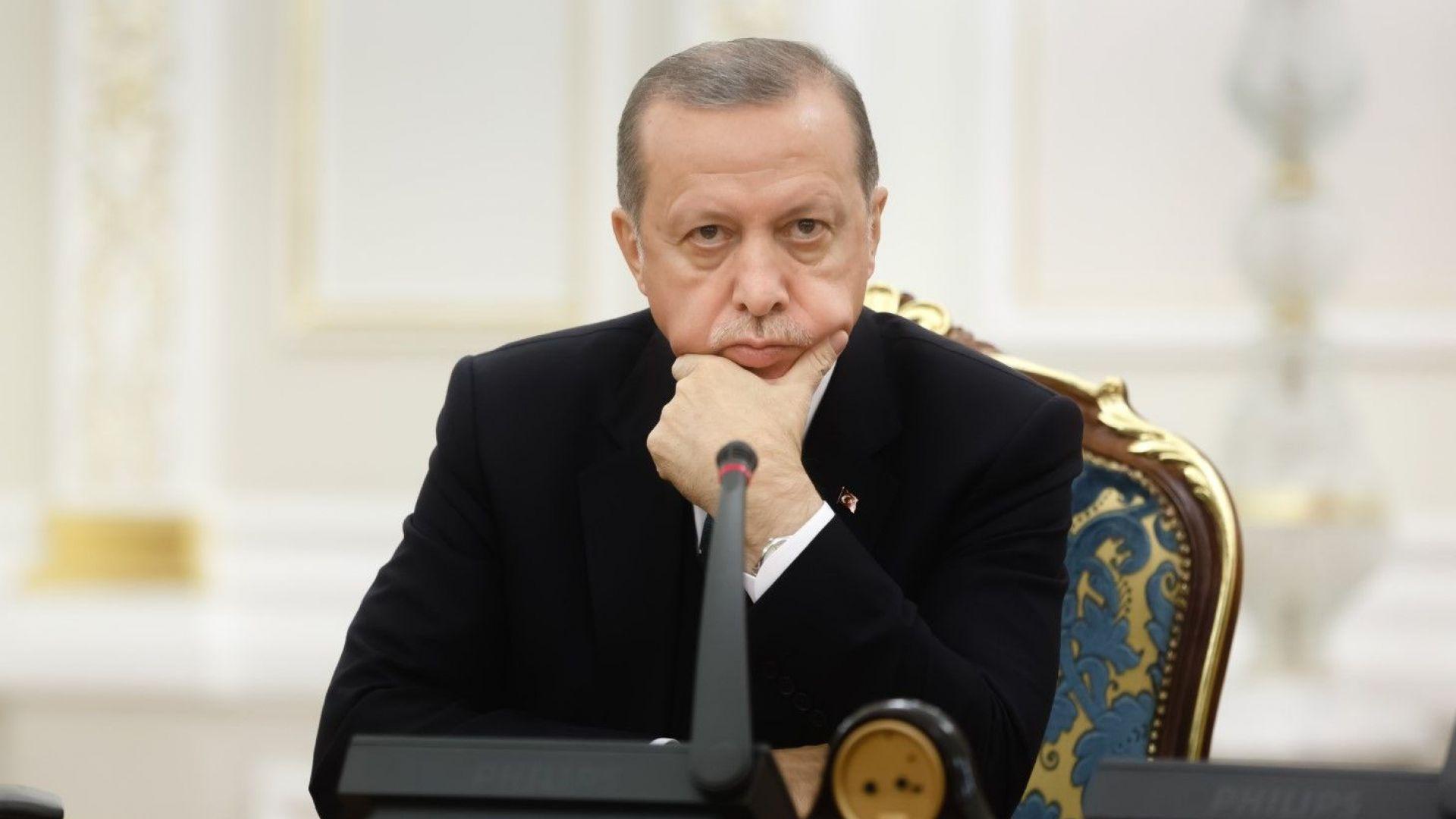 Ердоган призова турците да обръщат доларите и еврото в лири