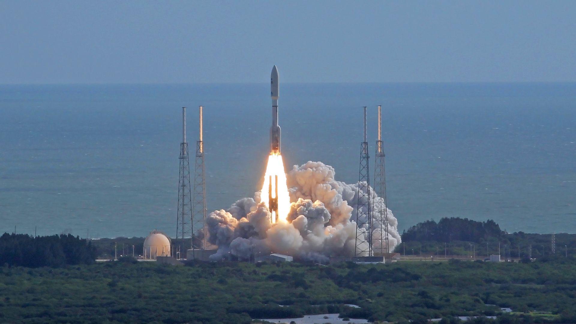 Най-богатия човек в света ще снабдява с ракетни двигатели Boeing и Lockheed Martin