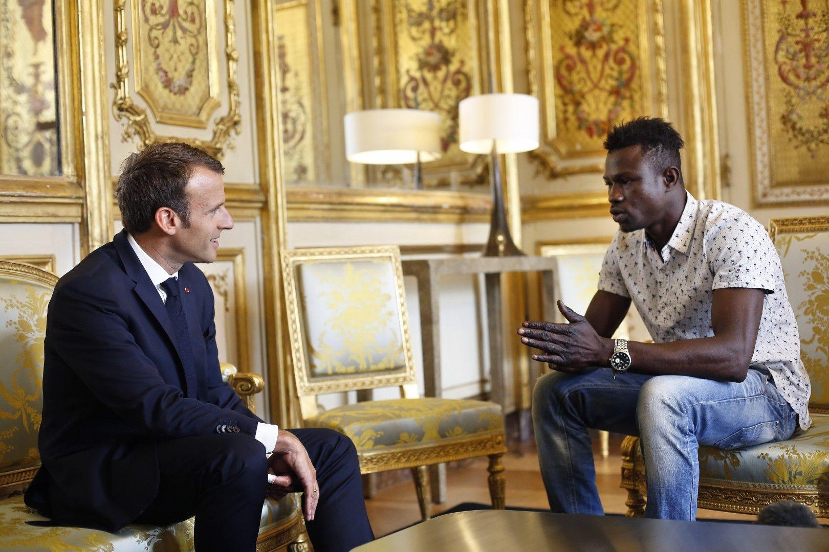 Мигрантът от Мали разговаря с френския президент Еманюел Макрон