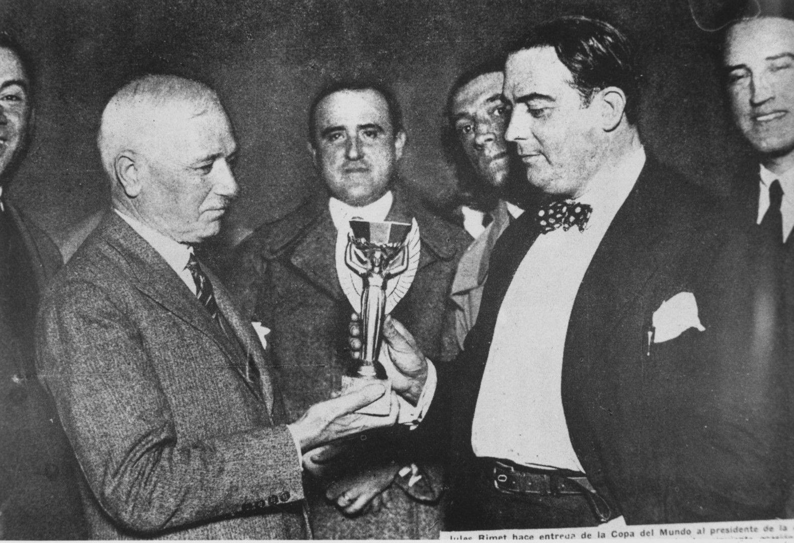 Жул Риме връчва трофея на победителите