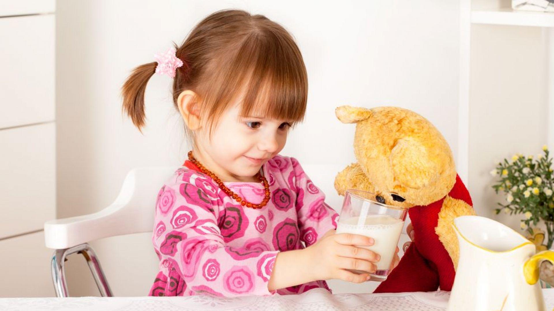 Лекари препоръчват пълните деца да пият половин литър мляко дневно