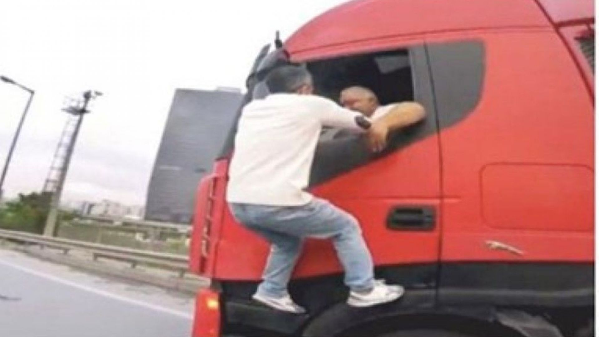 Български шофьор на ТИР участва в екшън на пътя в Истанбул