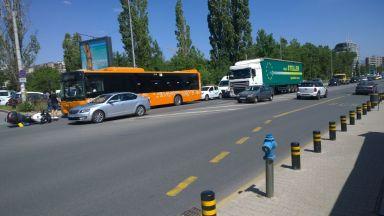 Сблъсък между джип, мотор и автобус в столицата (снимки)