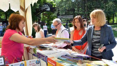 """Фандъкова купи книги за внуците си от """"Пролетният базар на книгата"""""""
