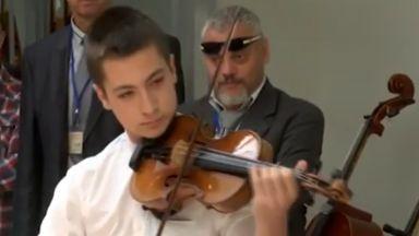 15-годишен свири на 300-годишна цигулка в Казанлък