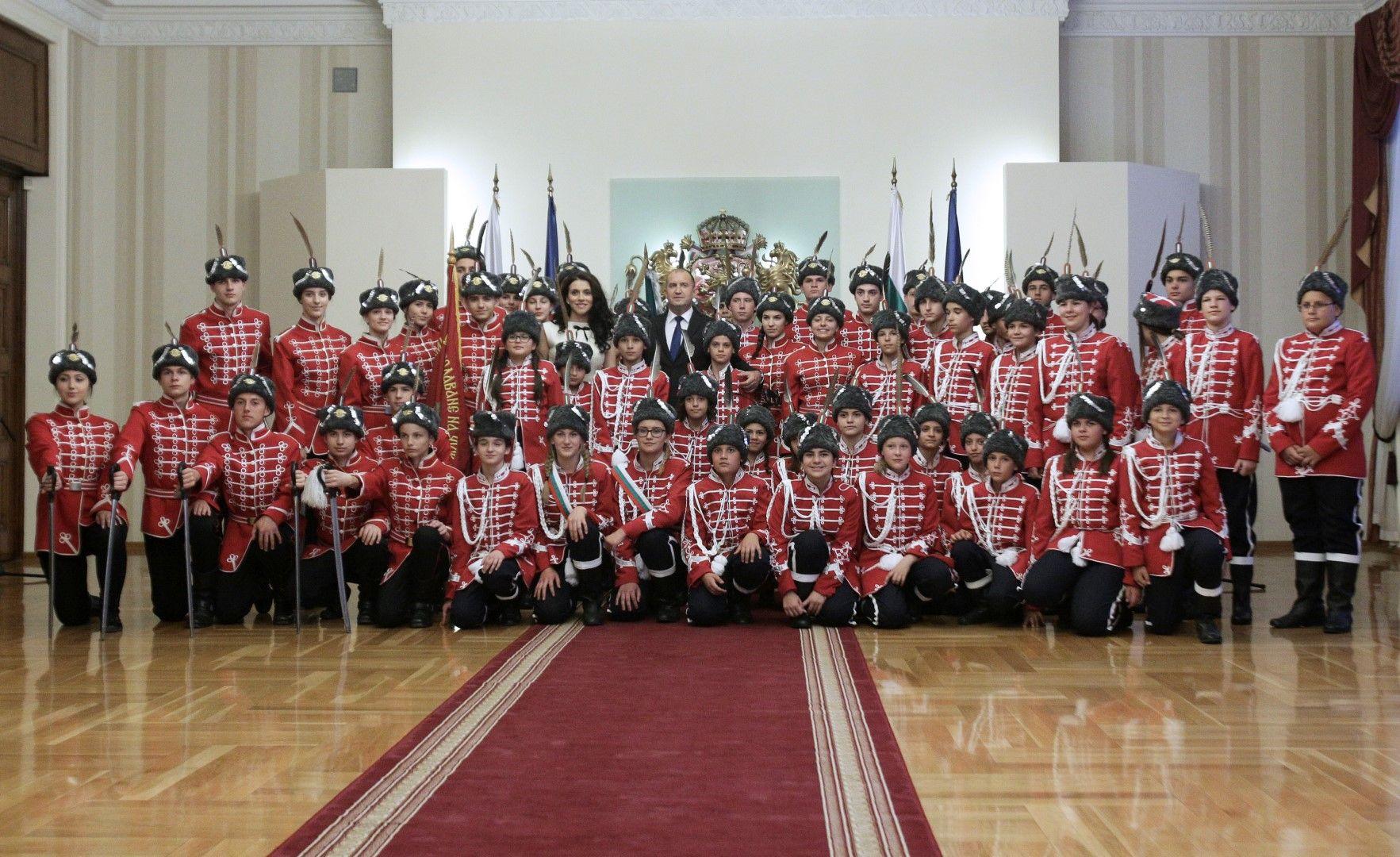 Президентът се направи снимка с учениците - гвардейци