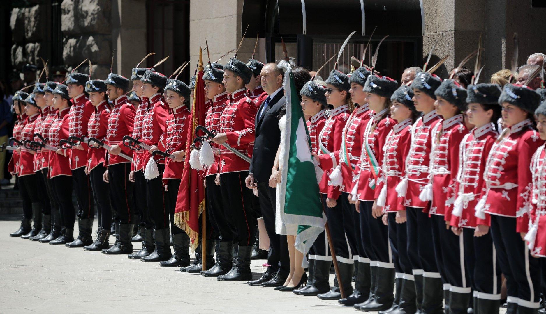 Президентът и децата набльдават Националната гвардейска част