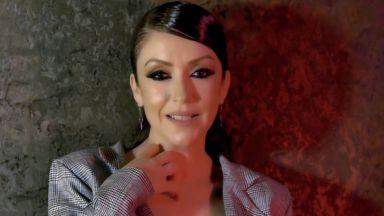 """Чалга певица се гаври с """"Прощално"""" на Вапцаров, изпя го на фона на кючек (видео)"""