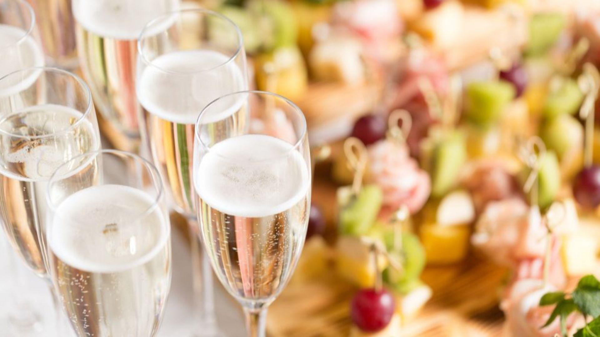 Жените да не пият шампанско с начервени устни