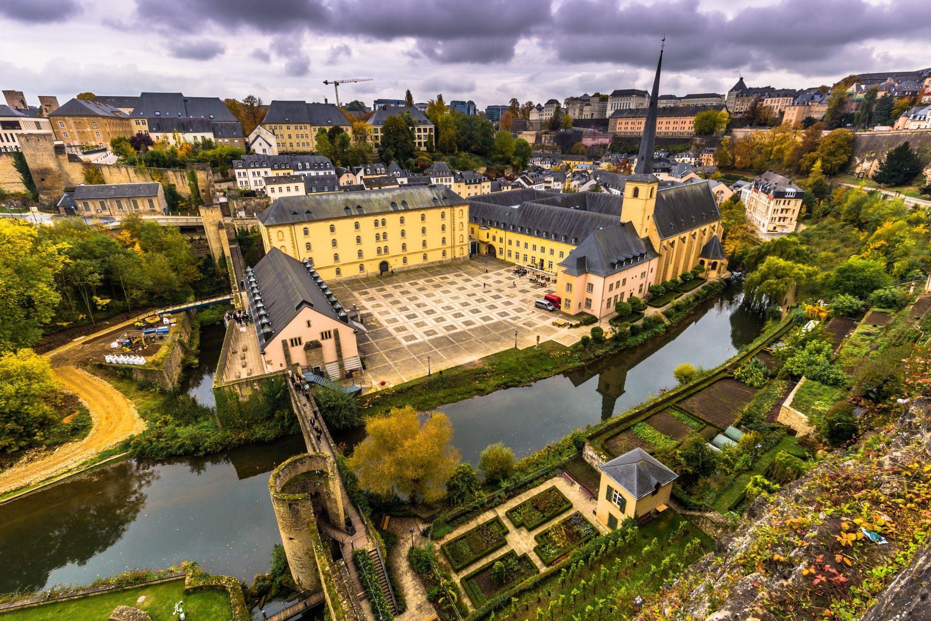 2.  С население от 549 680 души[2] и обща площ от 2 586 km², Люксембург е сред най-малките суверенни държави в Европа