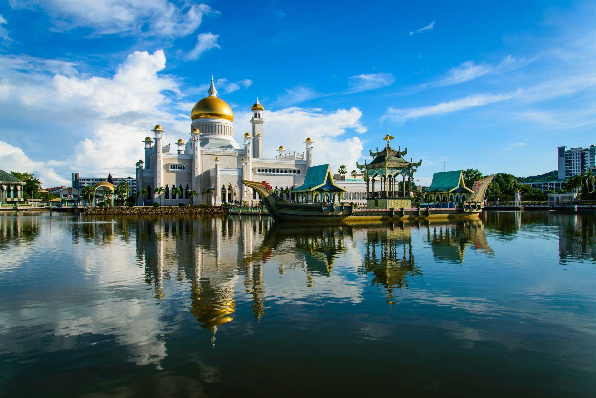 6.  Бруней - населението е под половин милион. Печели богатство от големите си находища на нефт и природен газ