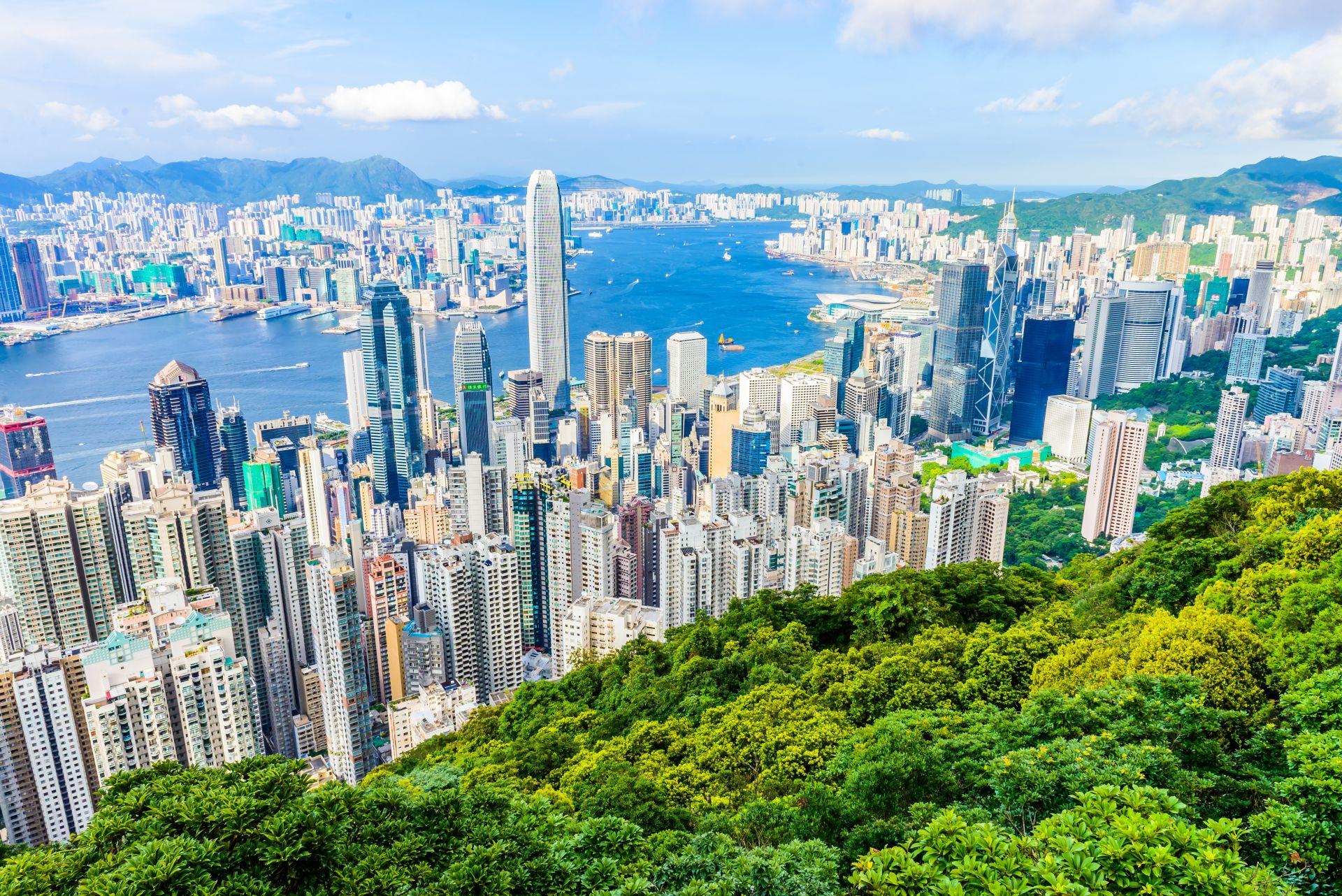 10. Хонконг, с население, 7,4 млн. жители, има процъфтяваща икономика, една от най-свободните в света, до голяма степен базирана на международната търговия