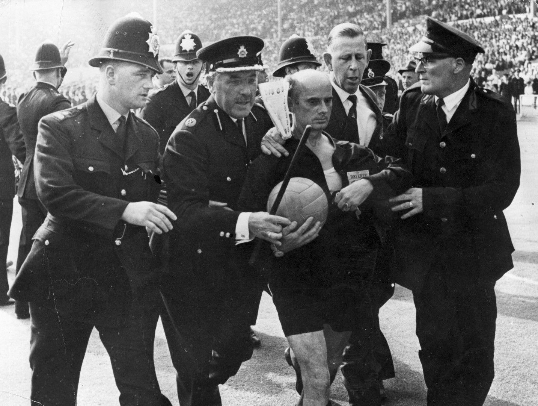 Германският съдия Ратин е изведен с полиция, за да бъде спасен от гнева на аржентинците.