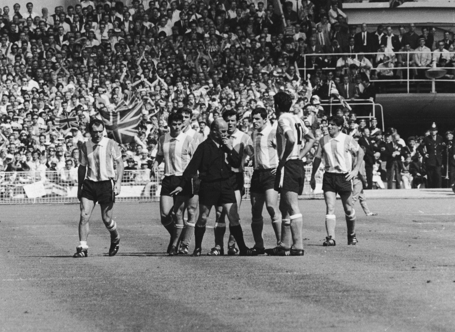 """Аржентинците не се покриват със слава с поведението си на """"Уембли"""" в мача с Англия."""