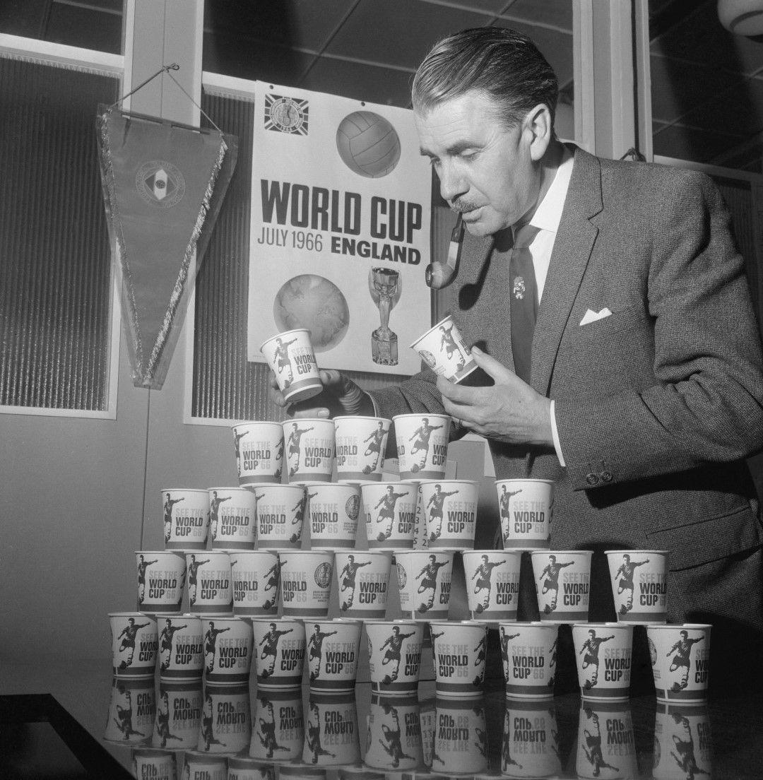 Световното първенство в Англия е критикувано и за организацията от южноамерикански журналисти, въпреки че е първото, което е глобално гледано и с развит маркетинг - сувенири, разпознаваемо лого и сериозна реклама по света.