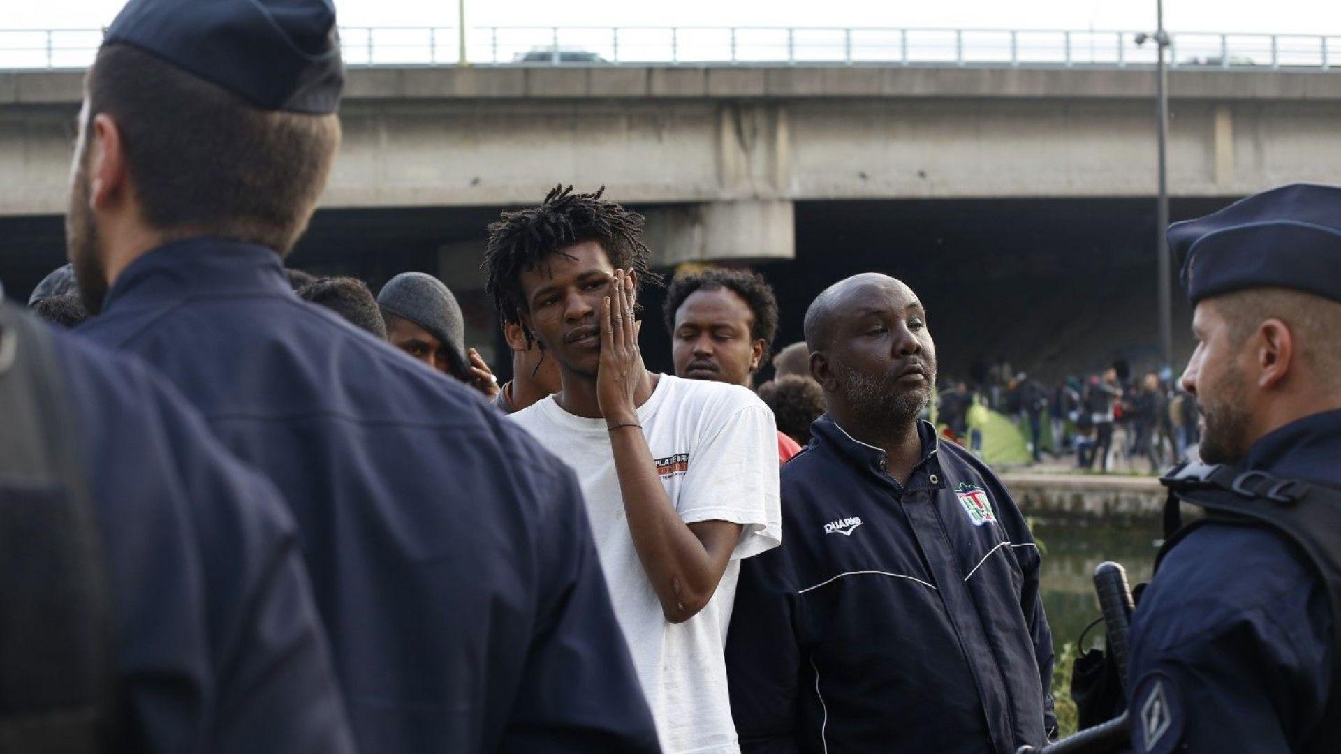 Полицията в Париж разчисти лагер със стотици мигранти (снимки и видео)