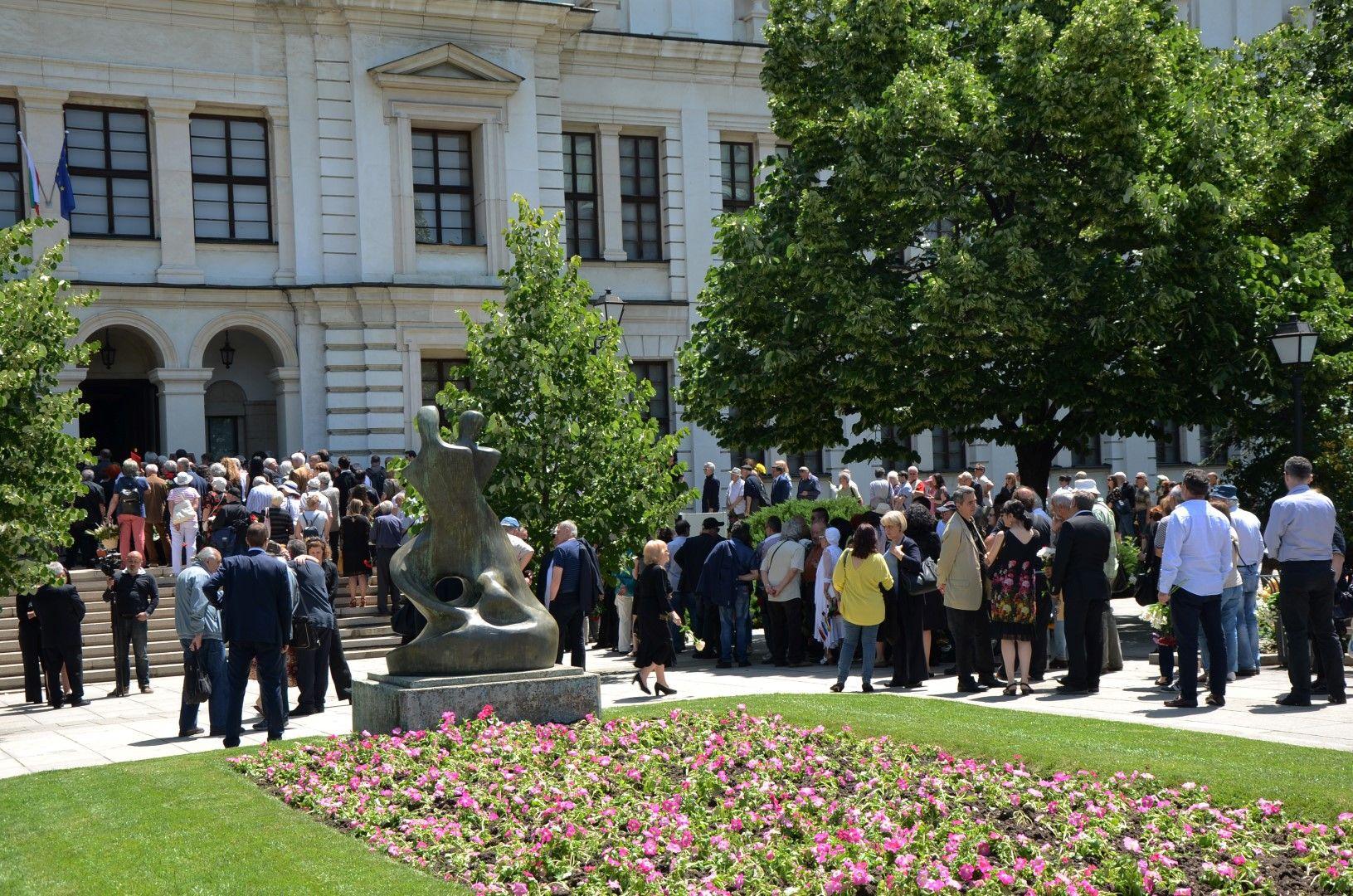 Стотици се наредиха на опашка,  за да се поклонят пред големия творец