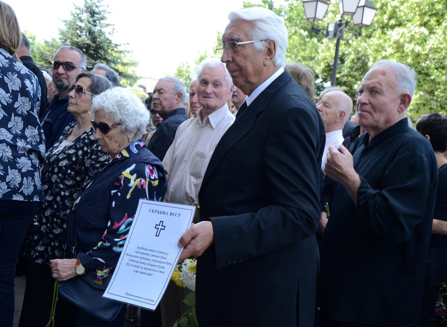 Стотици приятели си вземат сбогом със Светлин Русев