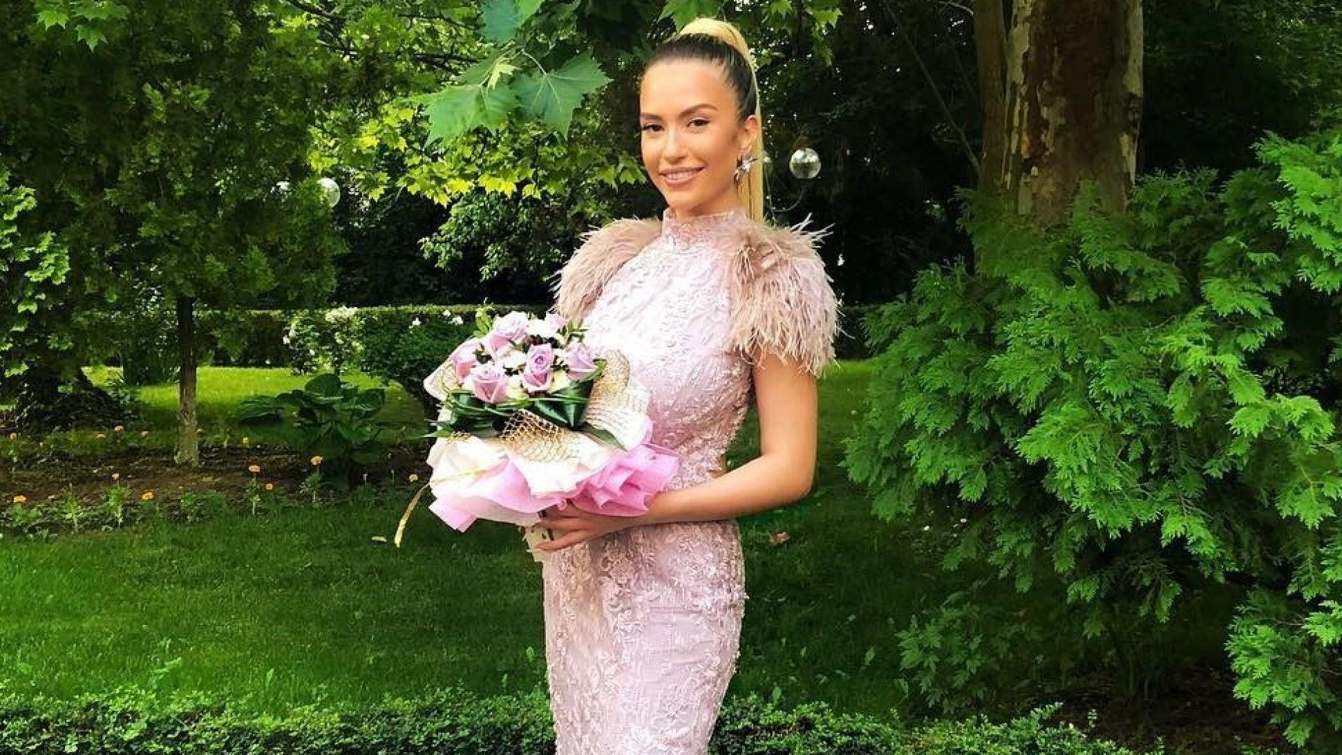 Тита със стилна рокля в пепел от рози на бала (снимки)