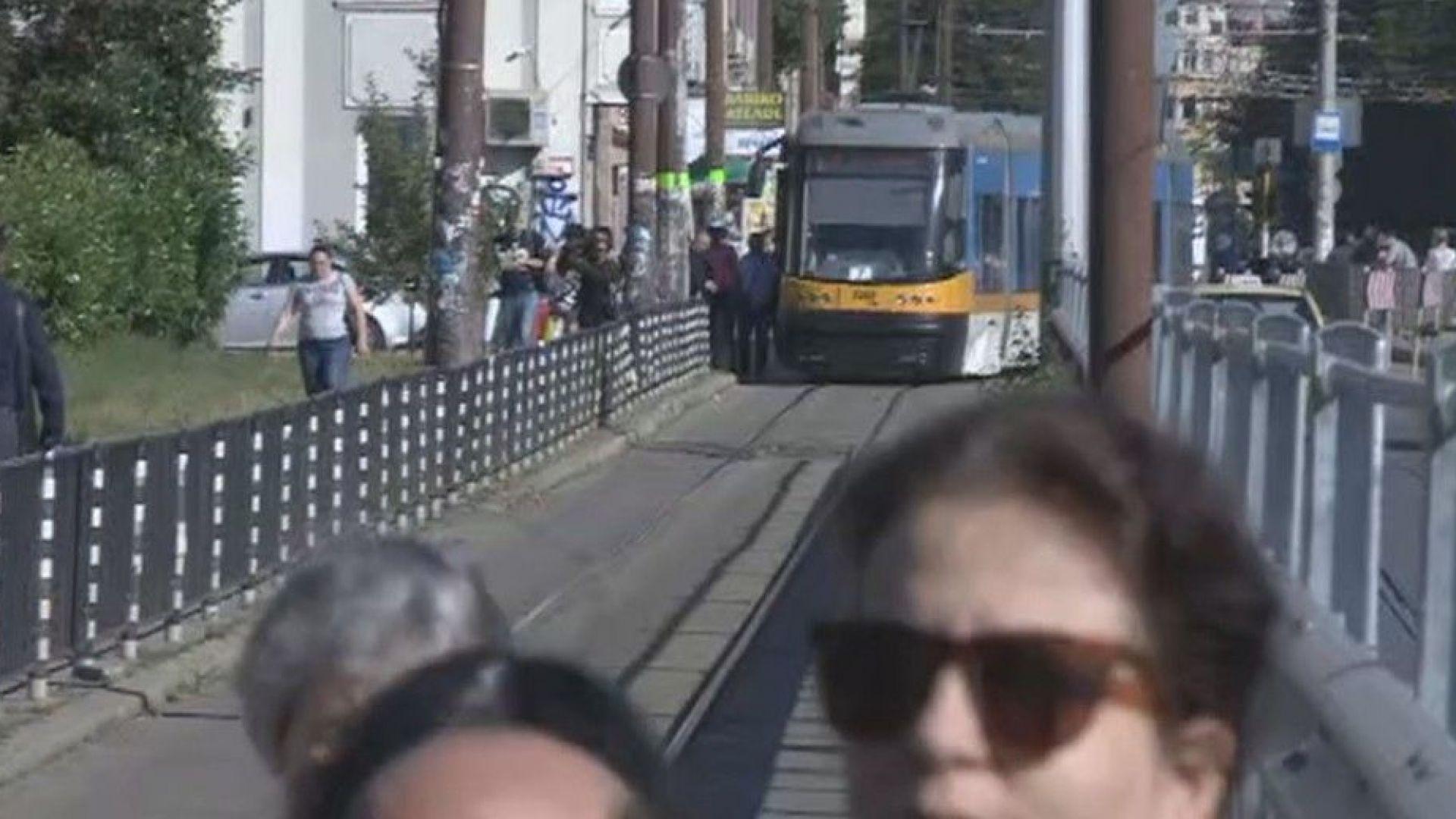 """Протестиращи спряха трамваите по """"Скобелев"""": """"Няма да търпим, искаме да спим"""""""
