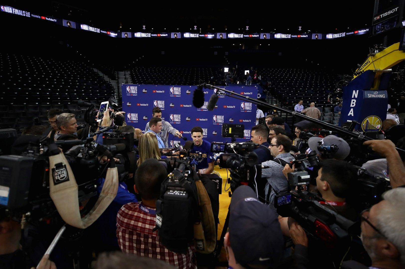 Медийните изяви на шампионите са следени от десетки репортери в часовете преди първия двубой.