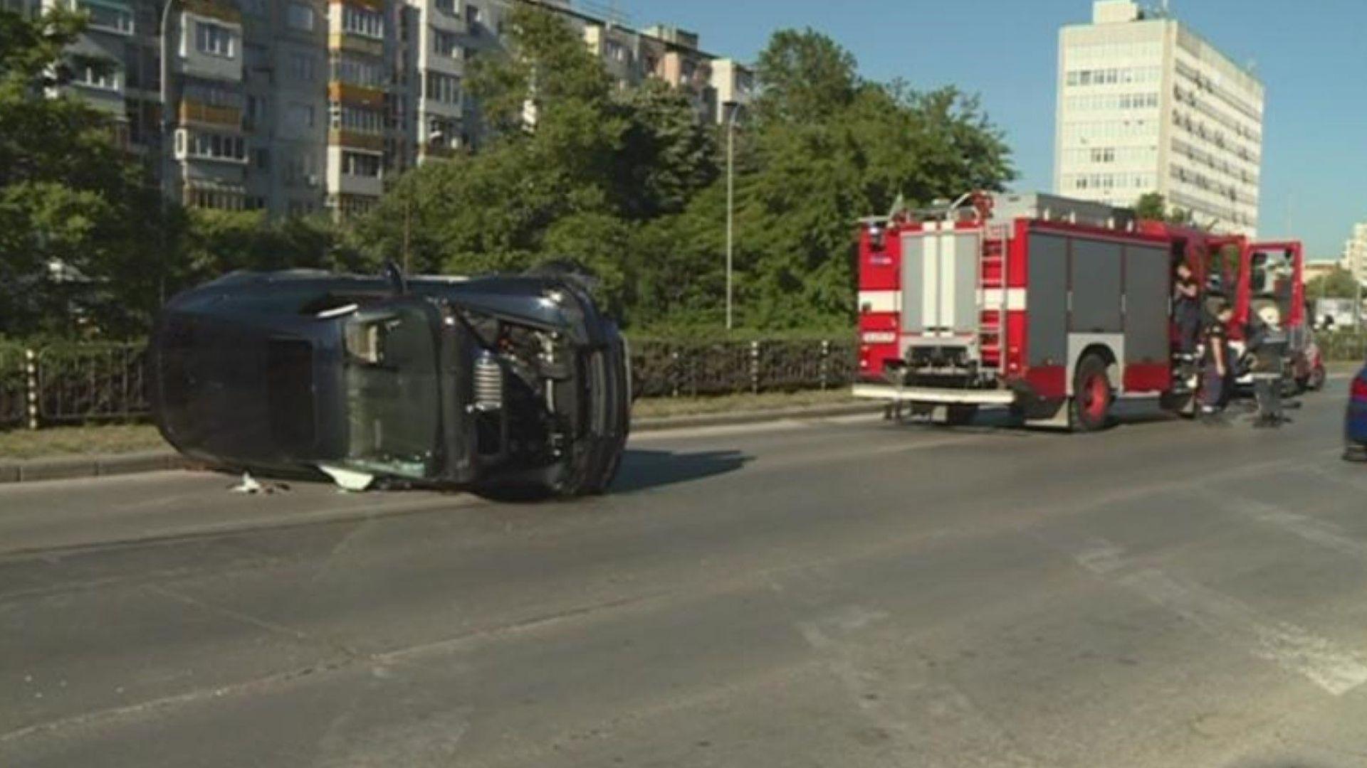 Джип се преобърна на натоварен булевард във Варна