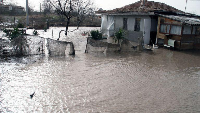 Наводнени къщи и села без ток след порои в Източна България