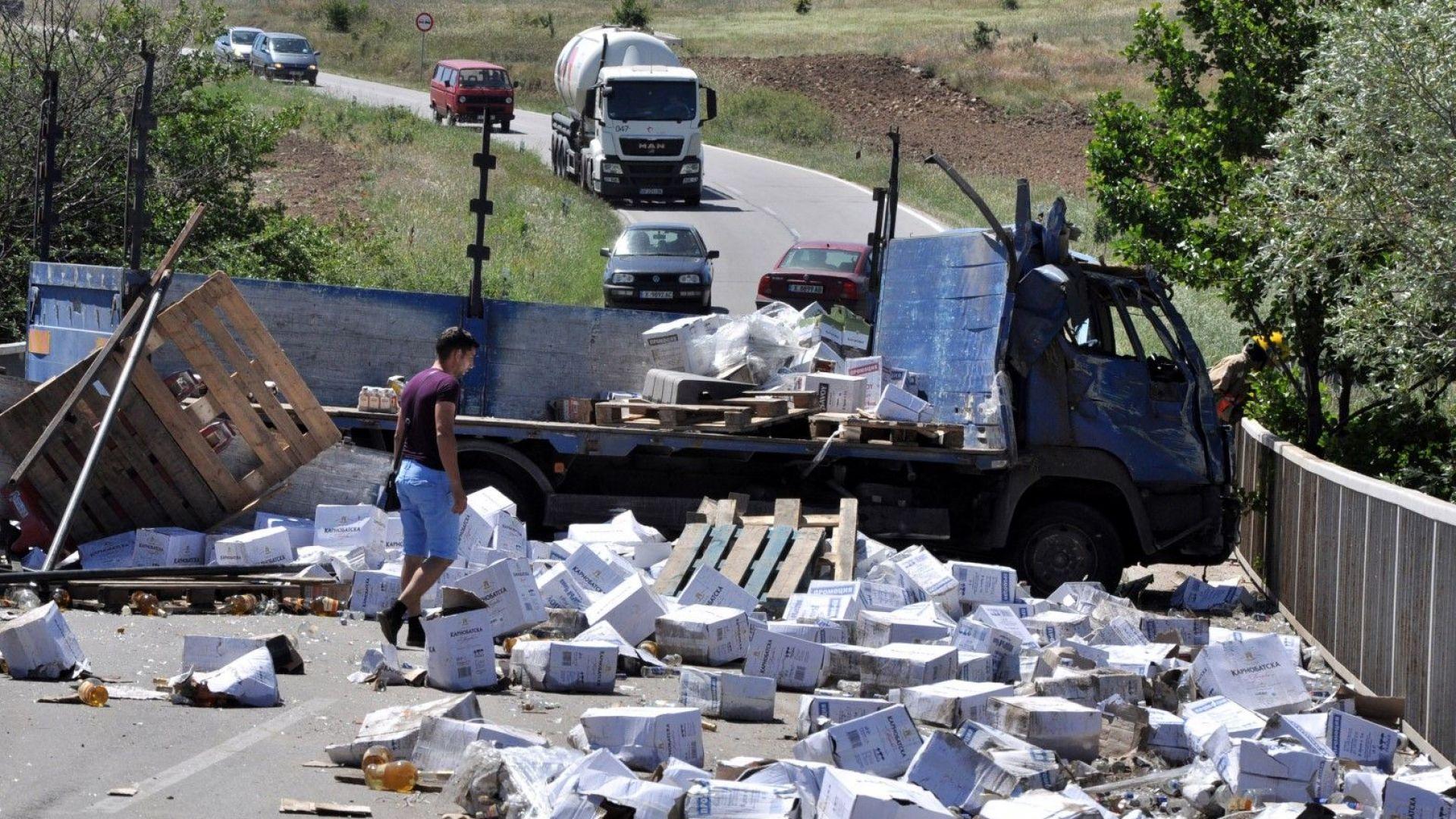 Бутилки алкохол на пътя след катастрофа на камион