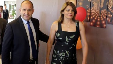 Президентът и първата дама кумуват  на влюбени от екипа си