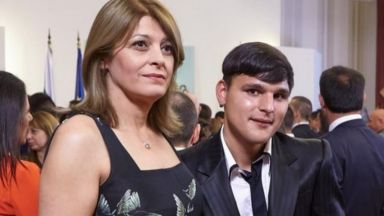 Деси Радева елегантна в черна рокля с колибри на бал (снимки)