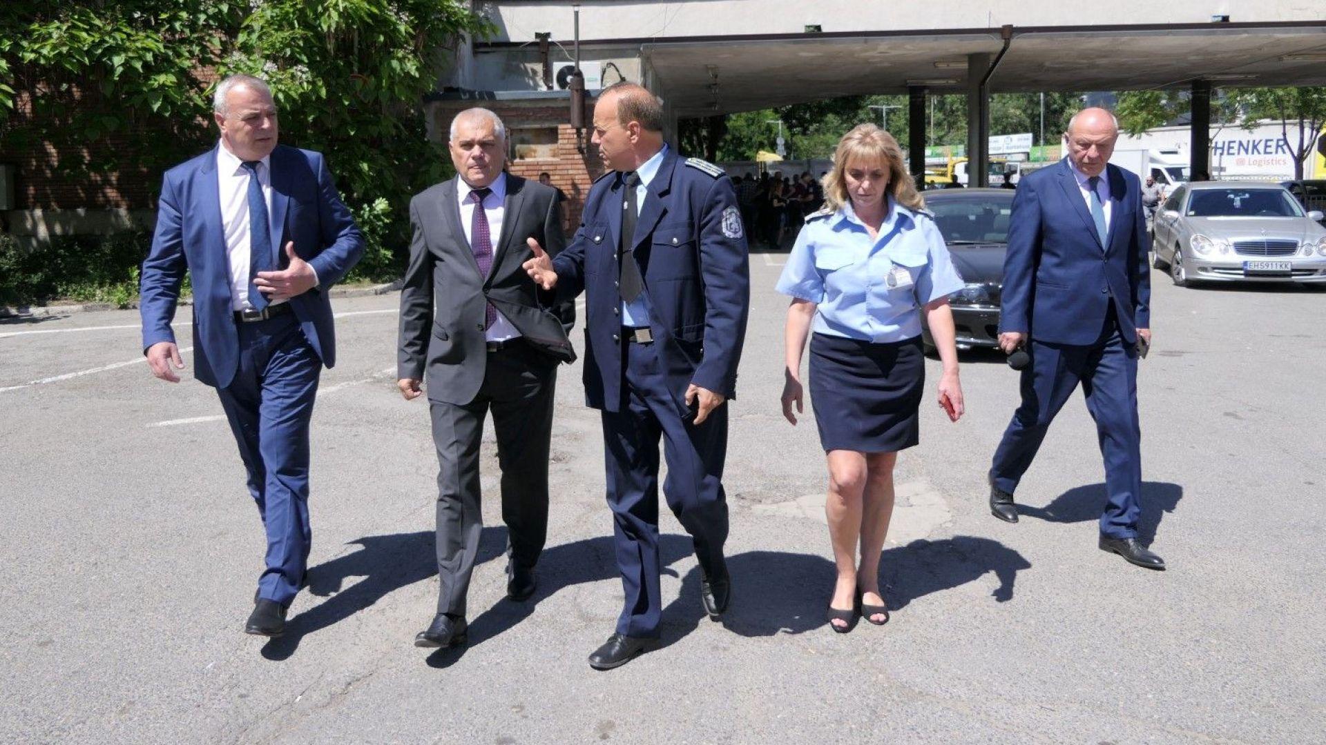 Вътрешният министър направи внезапна проверка в КАТ-София