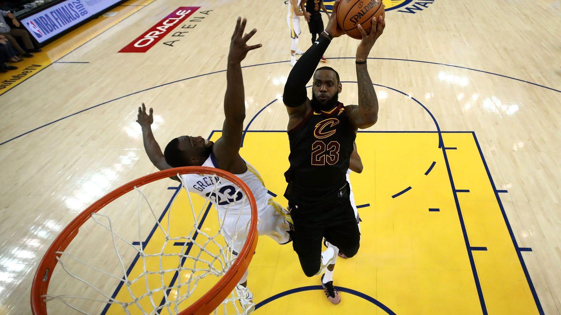 Леброн опита да бие сам шампионите в изключителен първи финал в НБА