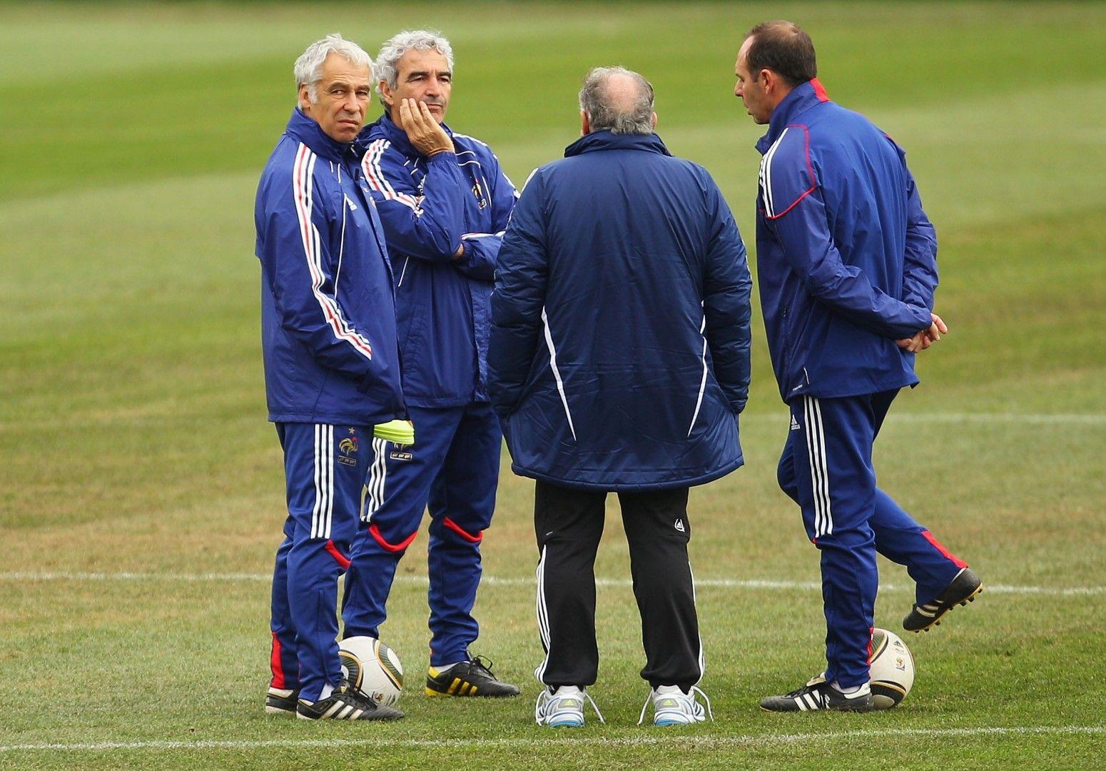 Заседание на треньорския щаб на базата на французите, след като отборът отказа да тренира.