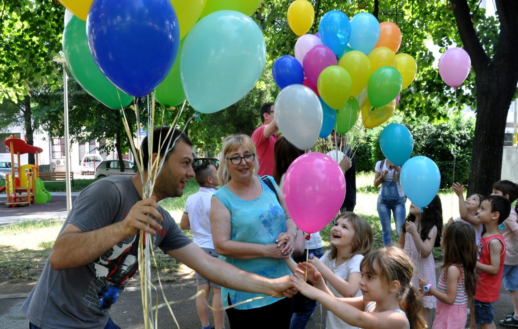 Младежи раздаваха пъстроцветни балони на децата във Видин