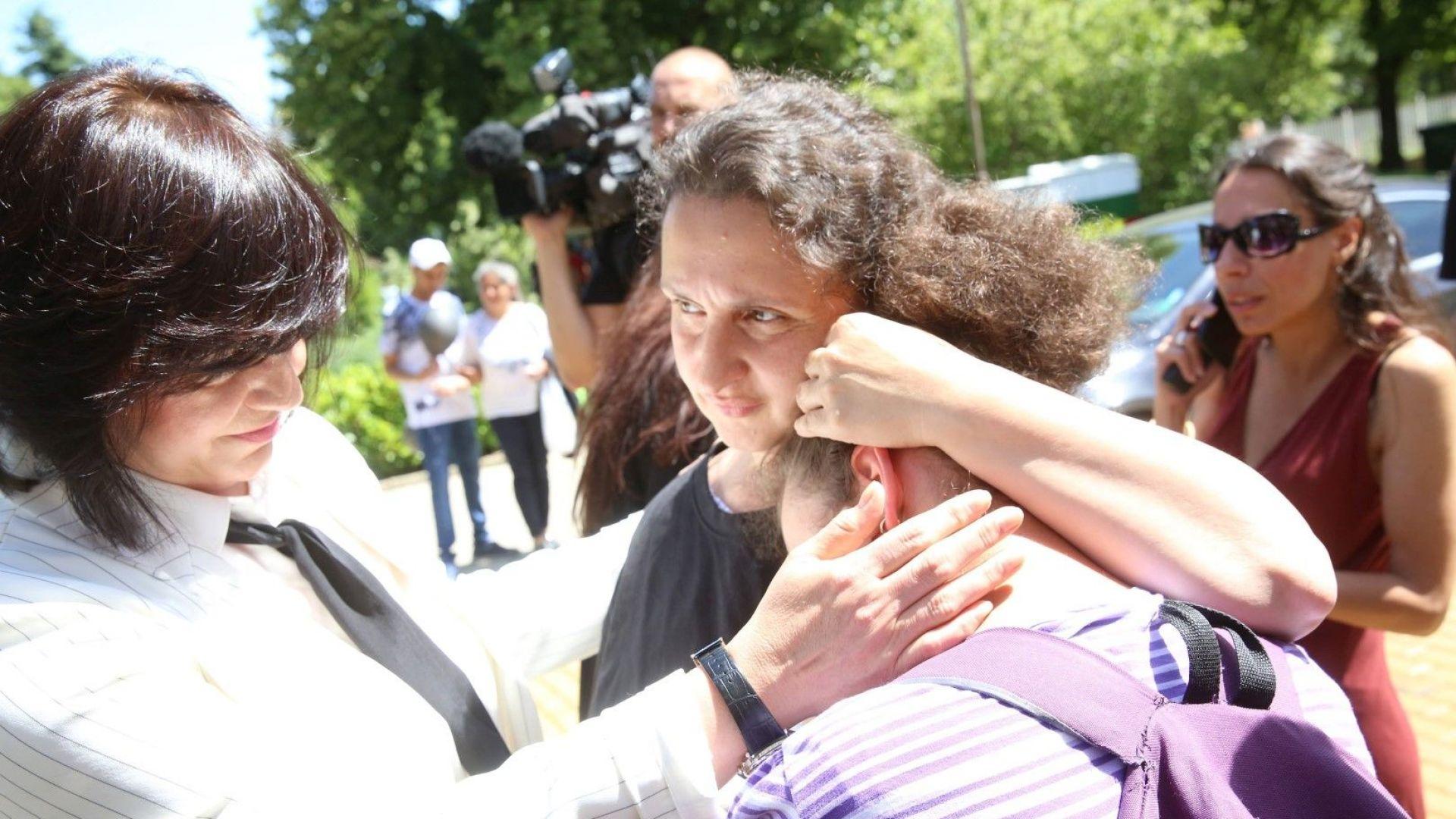 Корнелия Нинова излезе от парламента при децата с увреждания
