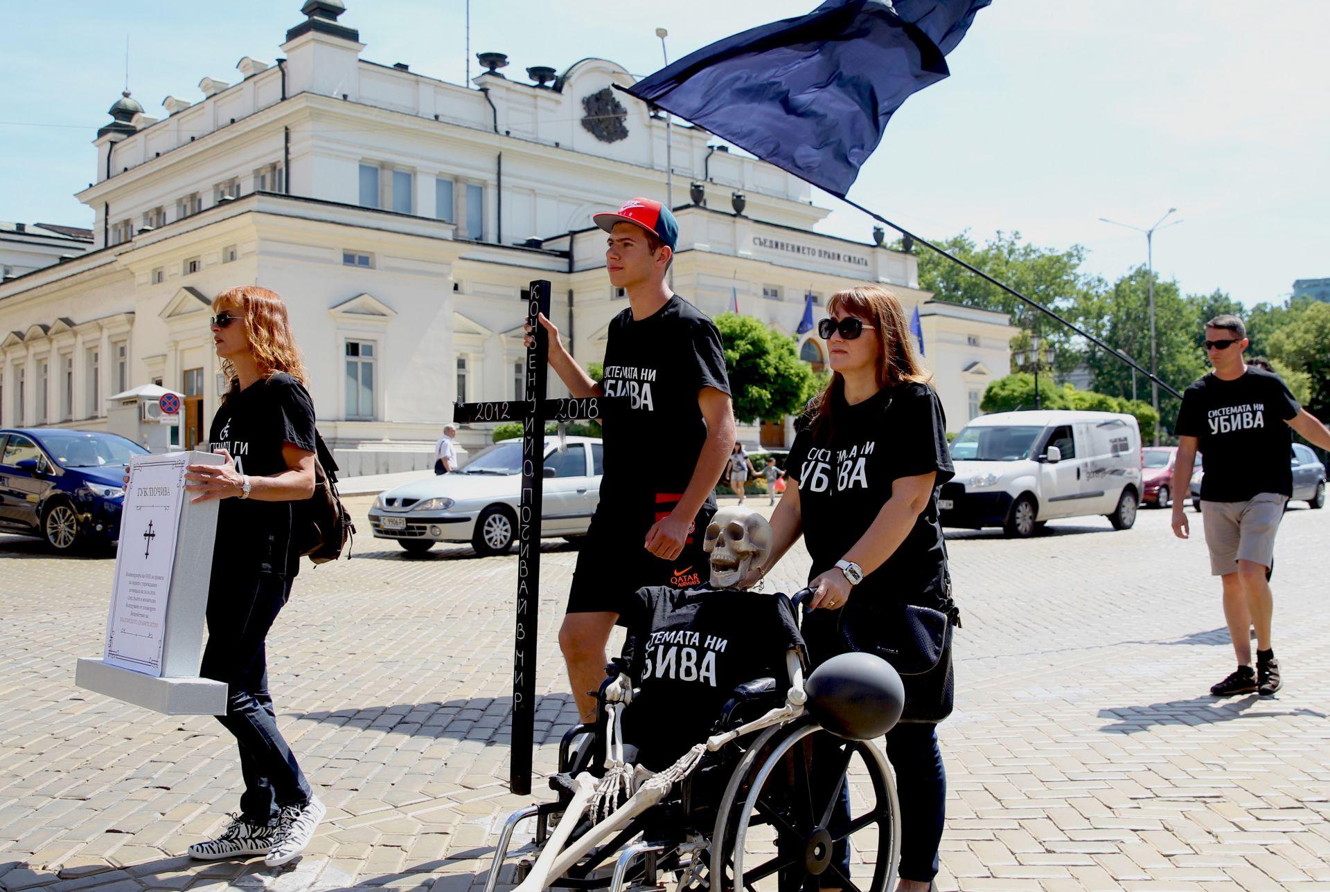 Протестиращите дойдоха с инвалиден стол със скелет