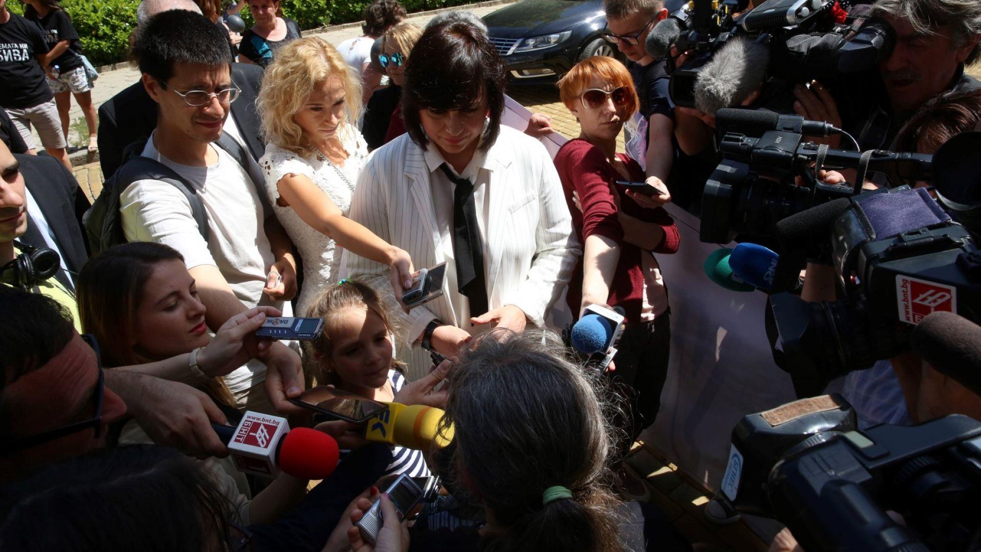 Корнелия Нинова даде изявление пред журналисти, след като дари 600 лв.