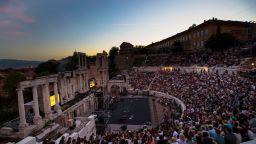 Над 3000 пловдивчани пяха с Графа в Античния театър
