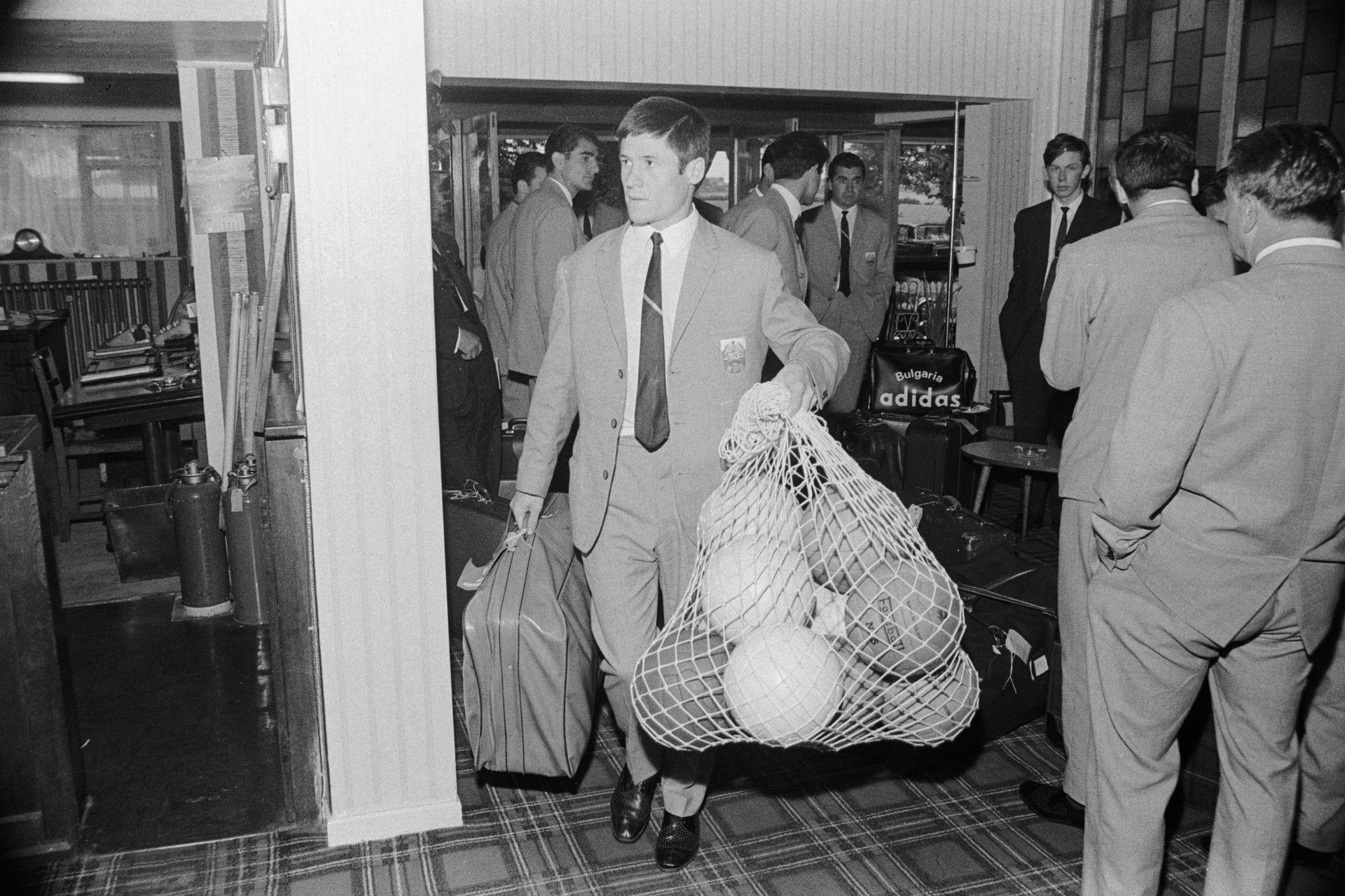 Динко Дерменджиев носи топките на отбора, пристигащ в базата си в Англия за Мондиал 1966.