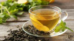 Зеленият чай е по-полезен с бутилирана вода