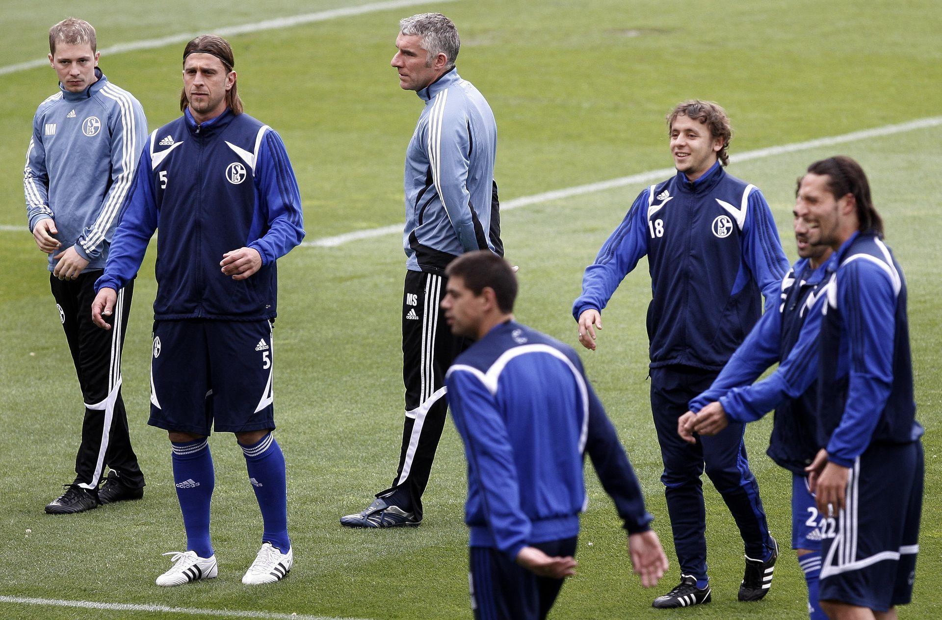 """Нестор (последният вляво) гледа доста притеснено край Мирко Сломка по време на тренировка на """"Камп Ноу"""" преди мач в Шампионската лига срещу """"Барселона""""."""