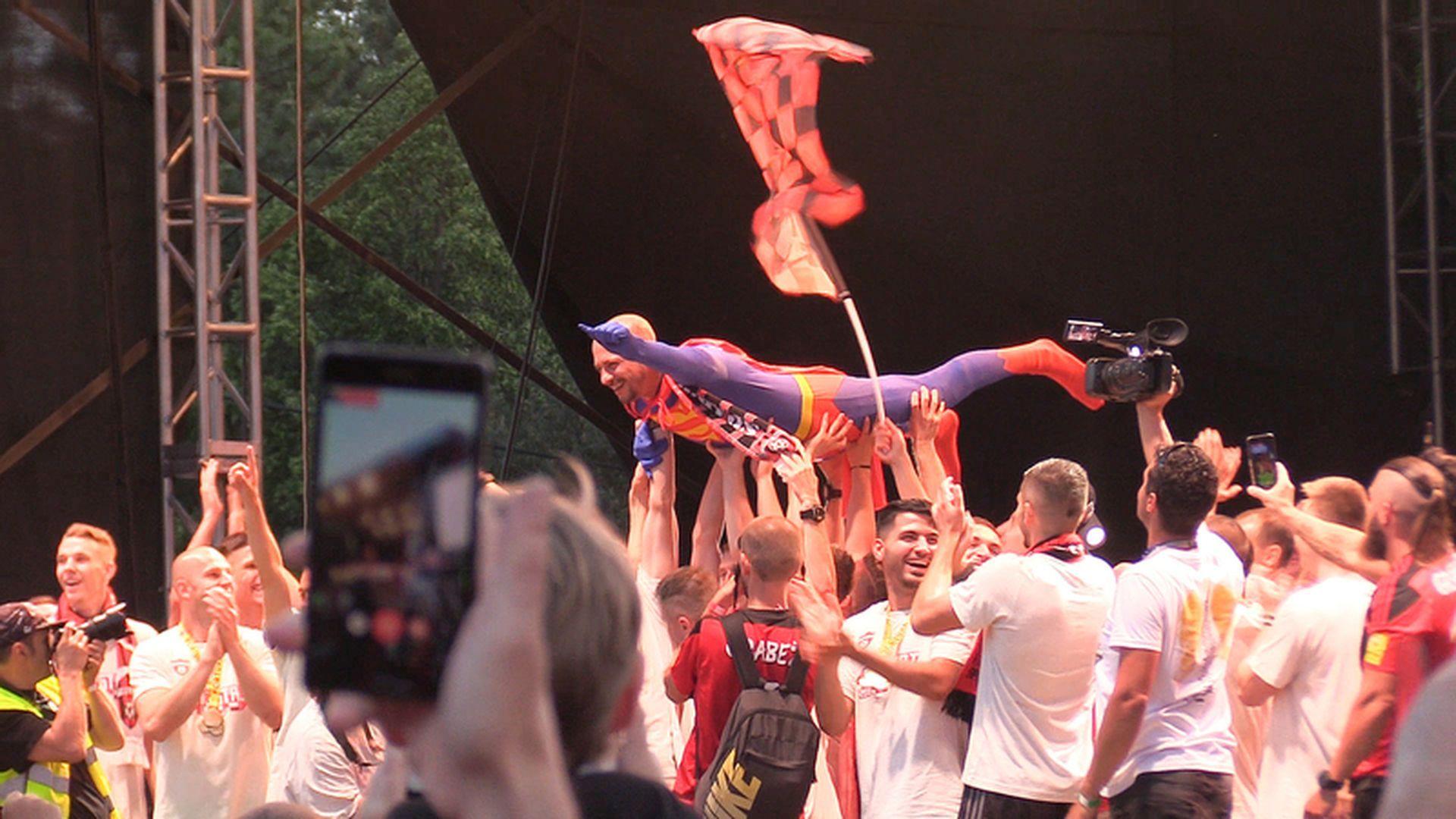 И феновете наистина го имат за Супермен в Словакия.