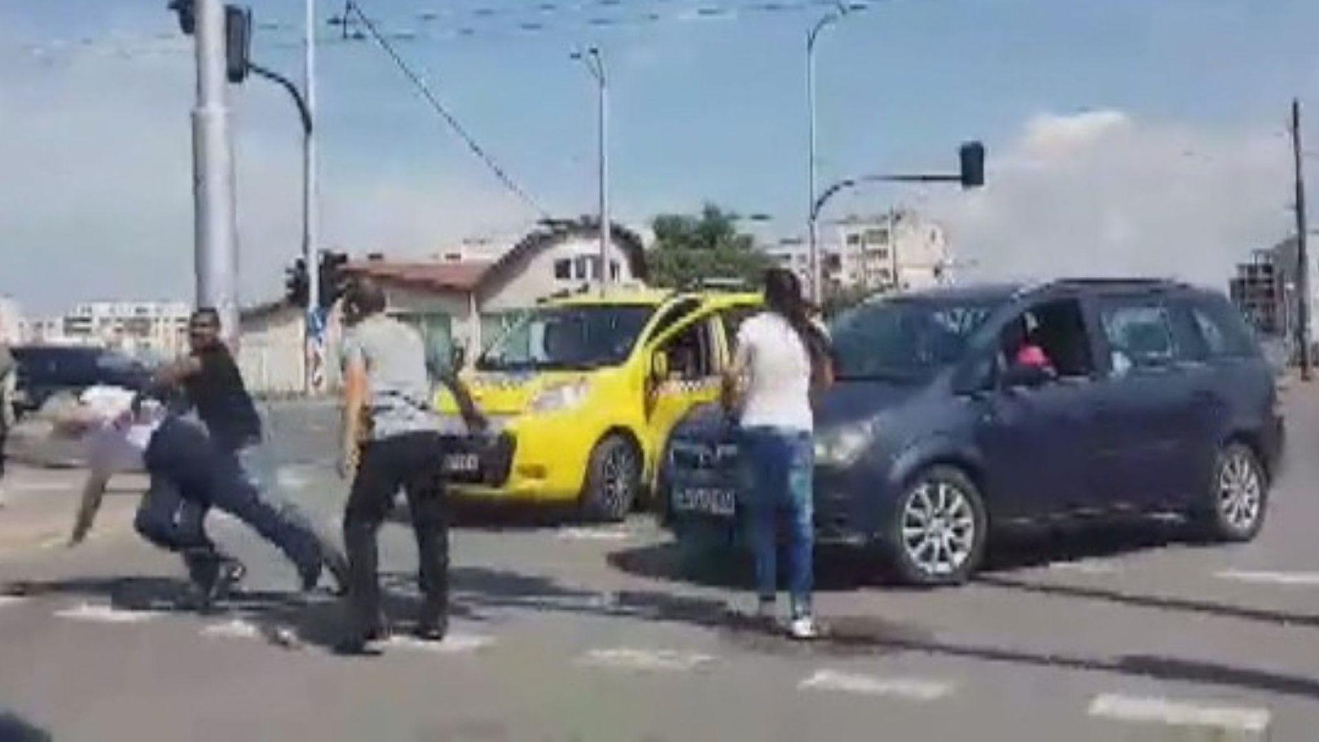 Дядо, чичо и внук задържани за побоя след удар между кон с каруца и кола (видео)