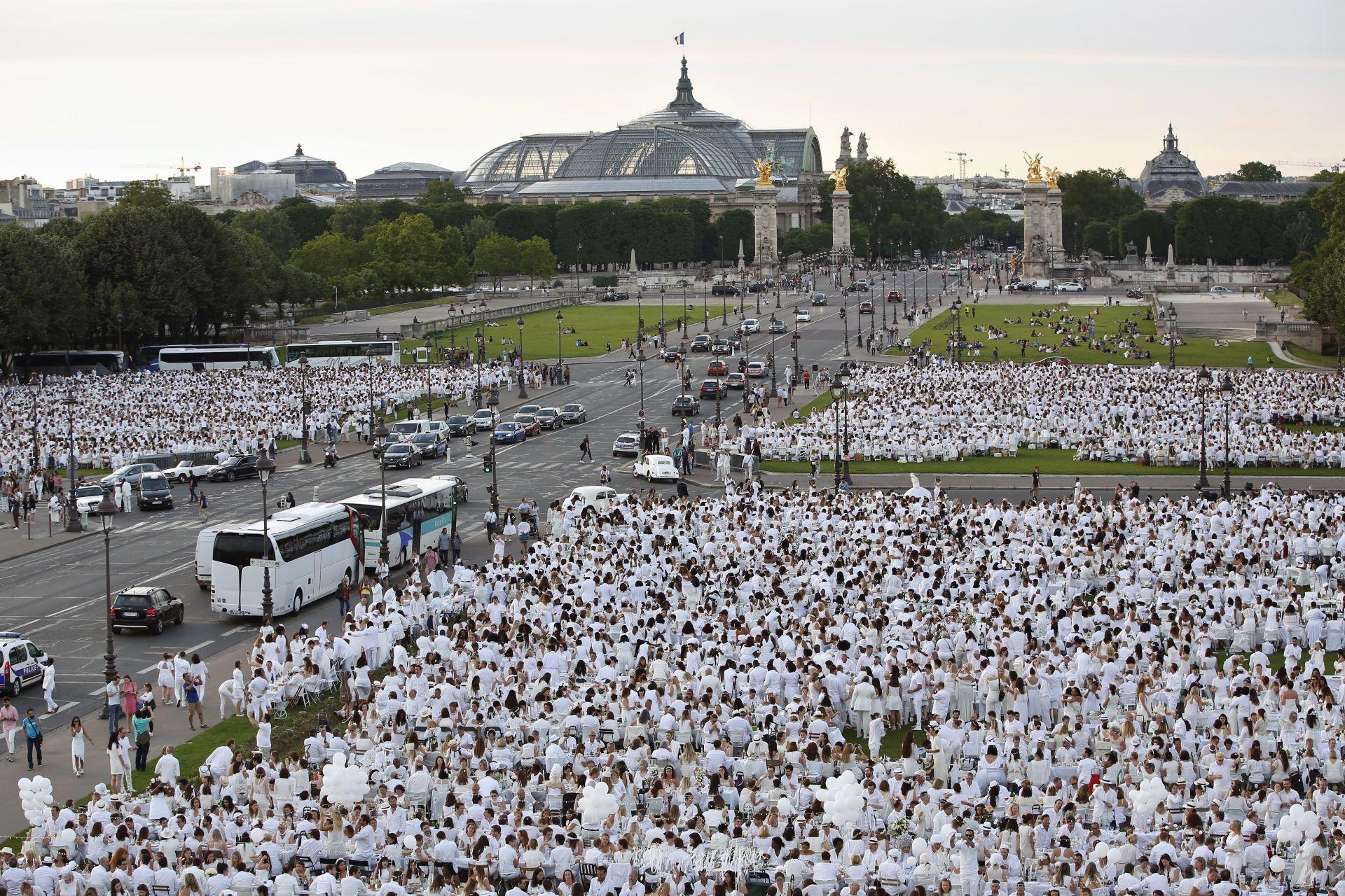 """На юбилейната """"Вечеря в бяло"""" се събраха 17 000 души - два пъти повече от обикновено"""
