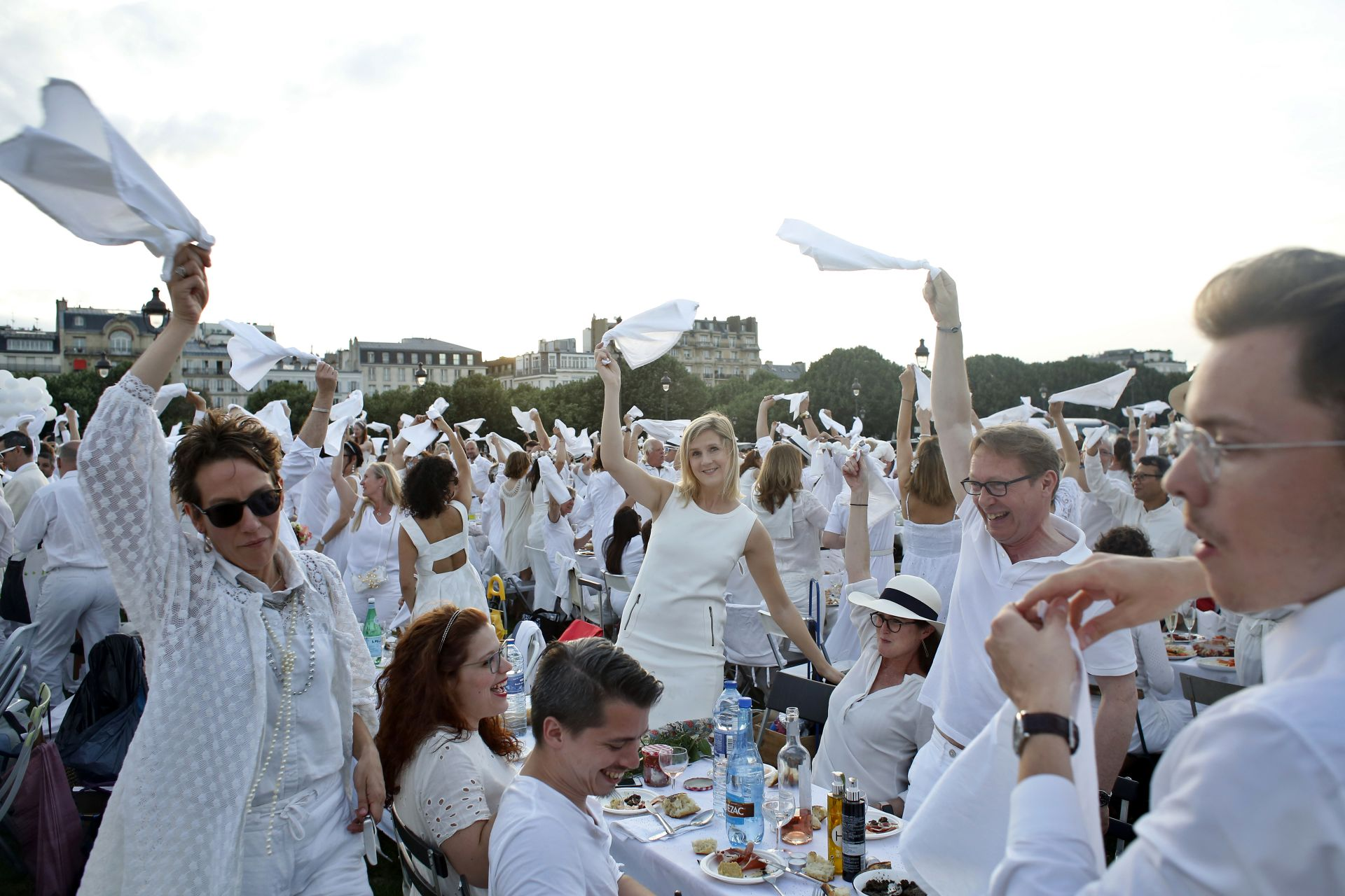 """""""Вечерящите в бяло"""" спазват стриктен протокол и имат задължението да не оставят никакви боклуци след угощението под открито небе"""