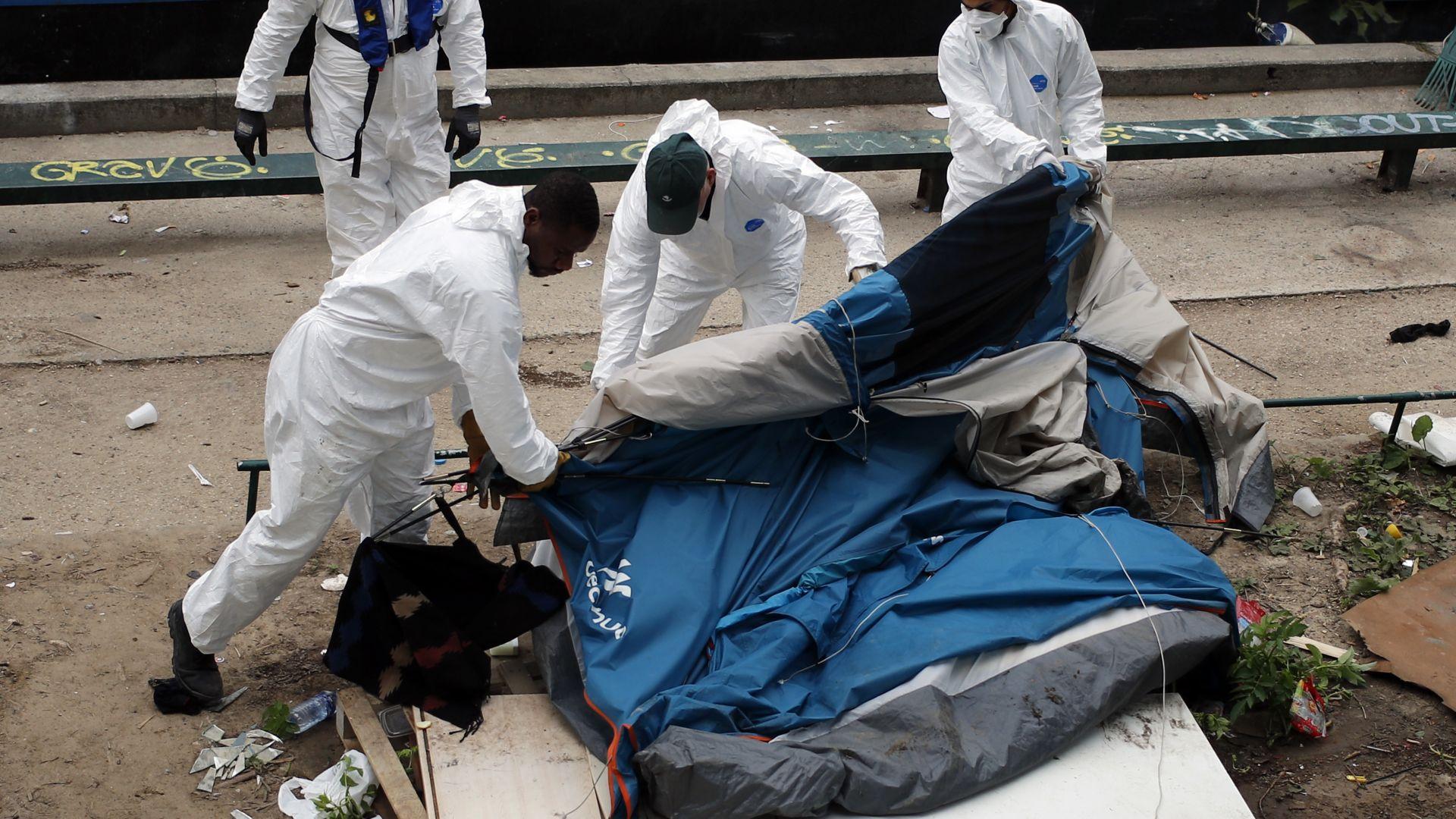 Полицията евакуира още два мигрантски лагера в Париж (галерия)