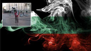 Разследват мъж, запалил българското знаме и уринирал върху него (видео)